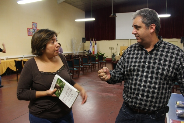 "One of the seminar attendees speaking with Josh--ready to dig into ""Ocho Decisiones Sanadoras."""